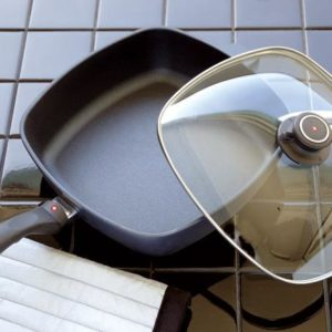 Veggie Meals - Swiss Diamond 28x7.5 cm Square Saute Pan With Lid 4.7 litre